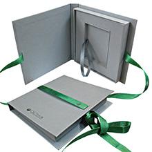 Элегантный подарочный футляр в виде книги для пластиковых карт на завязках