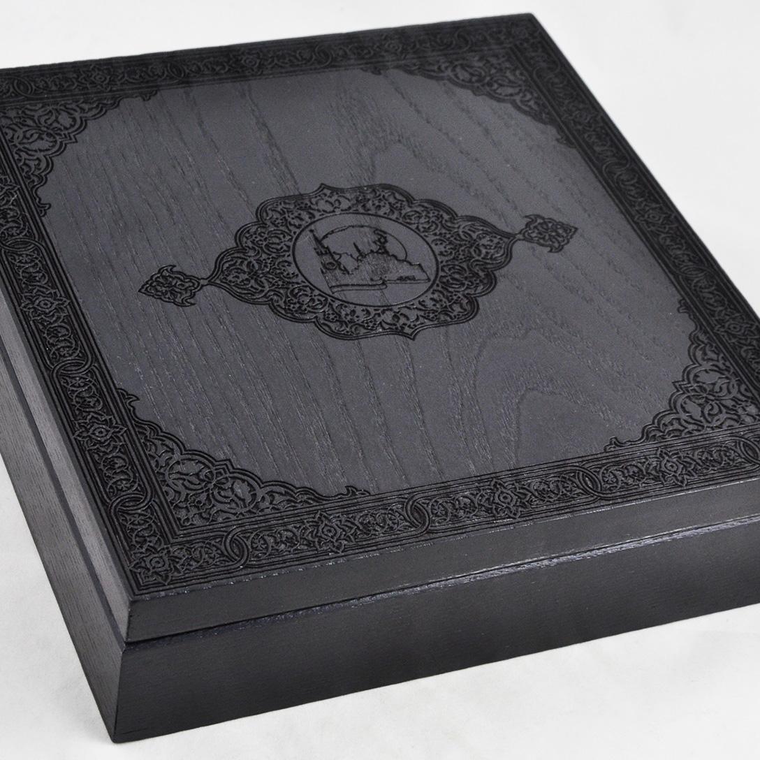 Сложная гравировка с детальной проработкой на черном футляре