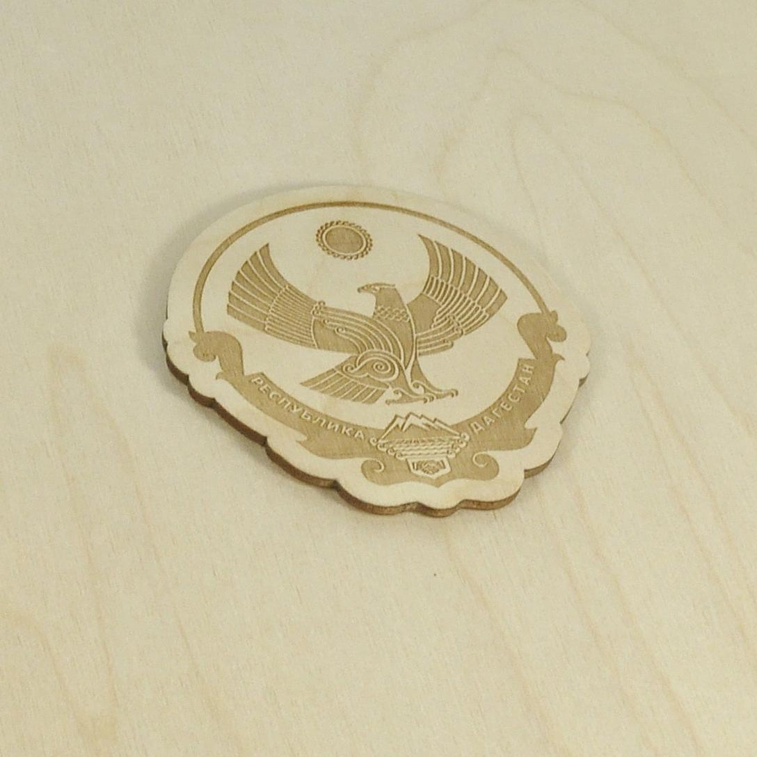 Гравировка герба на деревянной накладке
